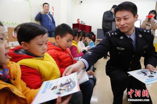 资料图:公共安全教育教学补充读本被发放到中小学和幼儿园。 中新社记者 殷立勤 摄
