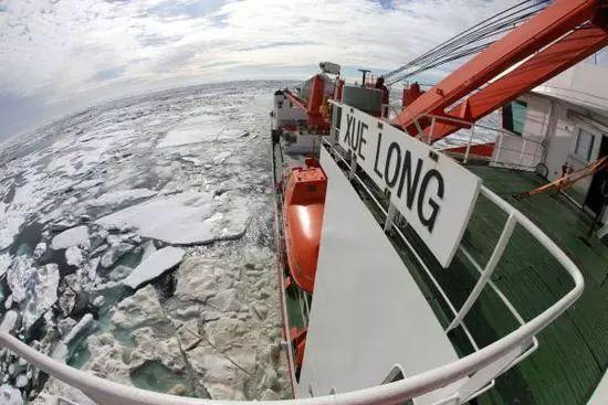 """""""雪龙""""号第一次进入了北极浮冰区"""