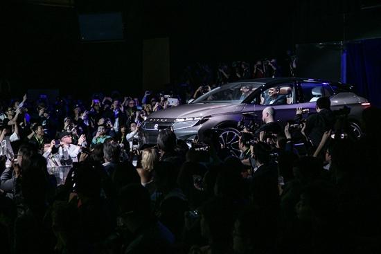 """2018年,多家诞生于中国的新造车企业将发布他们的智能电动车产品。1月7日,在美国拉斯维加斯国际消费电子展上,拜腾首款车型BYTONConcept进行了全球首秀。该车定位为""""新一代智能终端"""",其量产版本将于2019年年底在位于中国南京的工厂投产,预计起步价格约30万元人民币。"""