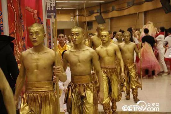 """春晚舞台上,中华武林的这两大门派上演""""世纪大融合"""",将太极拳和少林棍图片"""