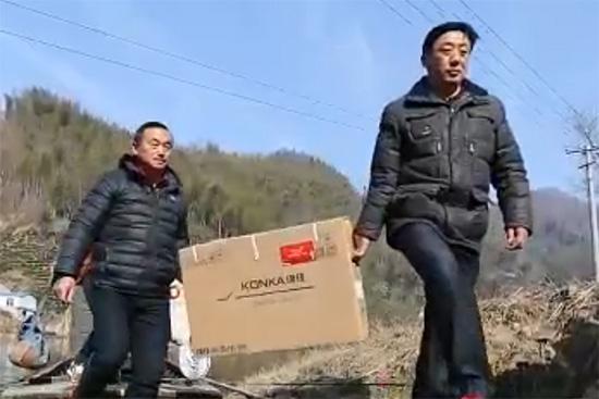 安徽省18700户贫困户获赠电视机。央视网视频截图