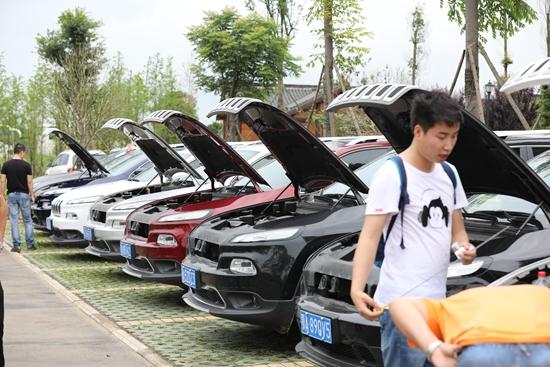 2017年6月,武汉几位自由光车主在进行机油量检测。图片由车主提供