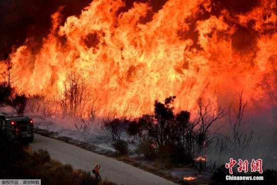 焚烧多日的美国加州山林大火,烧毁了房屋,田地和森林,并至少导致一人死亡。