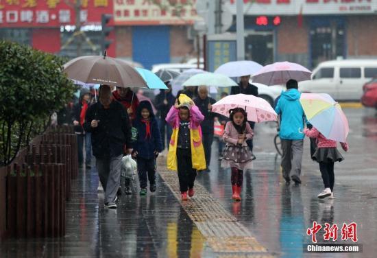 资料图:下雨天气。中新社记者 张远 摄
