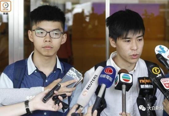 16名被告包括黄之锋(左)、岑敖晖(右)等于今日判刑