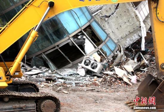 资料图:2月6日晚,台湾花莲市发生6.5级地震,造成花莲市4栋建筑物倾斜,倒塌。图为云门翠堤大楼在地震中受损严重。 中新社记者 黄少华 摄