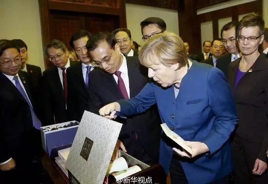李克强总理2015年曾亲赠默克尔中国茶礼。