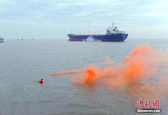 资料图:海上立体综合应急演习。中新社发 华志波 摄