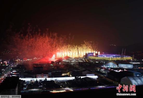 当地时间2月9日,2018平昌冬奥会在韩国平昌奥林匹克体育场举行开幕式,冬奥会开幕式上的烟花表演。