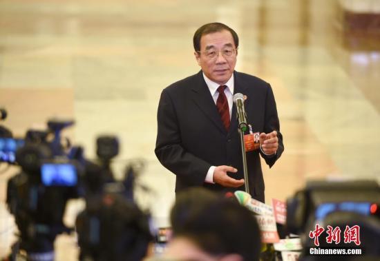 """3月5日,监察部部长杨晓渡在十三届全国人大一次会议的""""部长通道""""接受媒体采访。 中新社记者 侯宇 摄"""