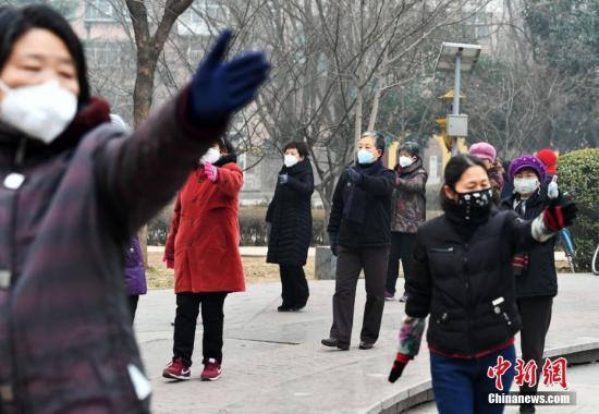 材料图:河北石家庄遭受重大雾霾气象。图为市平易近戴口罩健身。中新社记者 翟羽佳 摄