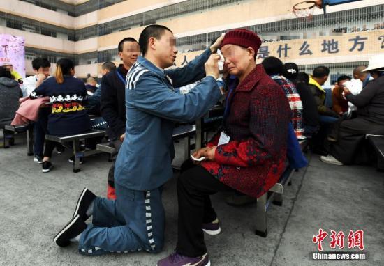 """资料图:四川省川西监狱举办""""爱在春天、孝行天下""""主题帮教活动。安源 摄"""