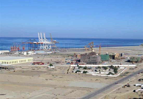 在一边荒野上建设起来的瓜达尔港(日经新闻 图)