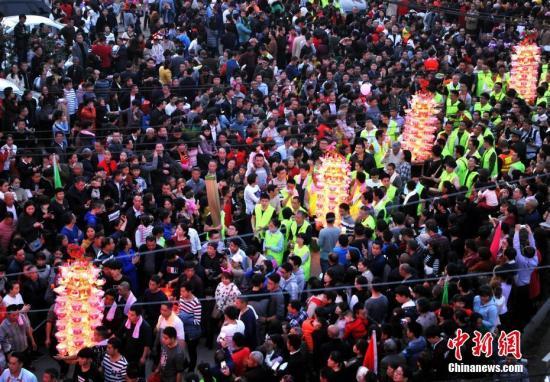 福建连城芷溪花灯,吸引了许多民众和游客前来观看。 张斌 摄