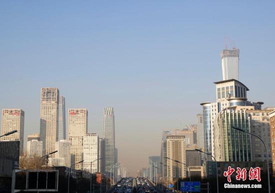 资料图:1月12日,远望北京CBD地区,蓝天与雾霾分界清晰。中新社记者 李慧思 摄