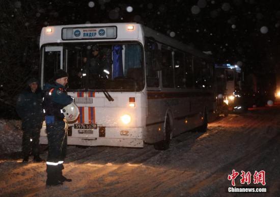 紧急情况部的车队停靠在坠机现场附近的路边,车上工作人员正在下车。中新社记者 王修君 摄