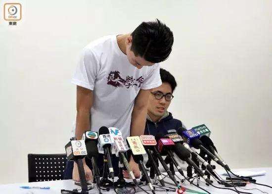 刘子颀为当日自己对教师的恶劣态度鞠躬致歉。(图片来源:香港东网)