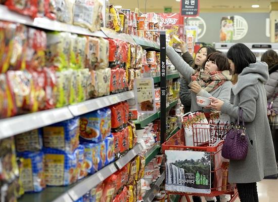 韩国市民在超市挑选泡面