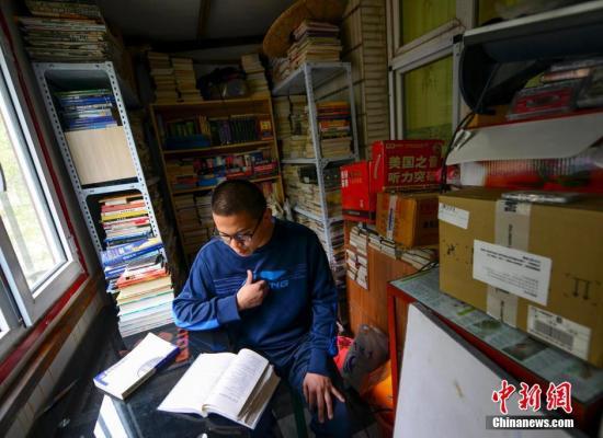 资料图:少年为高等教育自学考试做准备。 刘新 摄