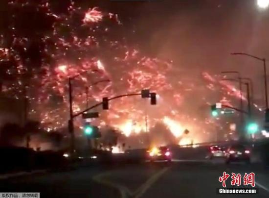 资料图:社交网络上,网友在洛杉矶405高速路上拍摄到的火灾场景,如同电影中的末日画面。