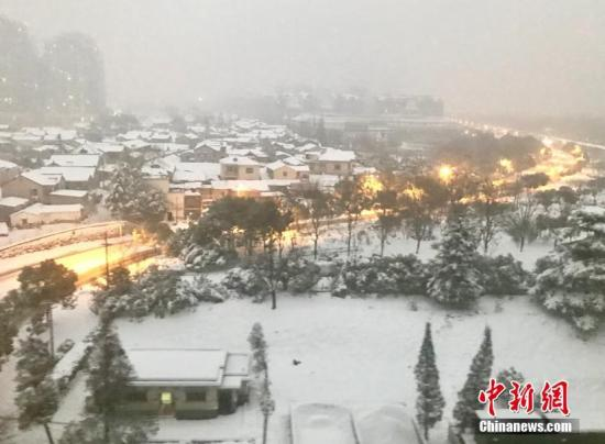 资料图:南京暴雪倾城,民众难出行。 泱波 摄