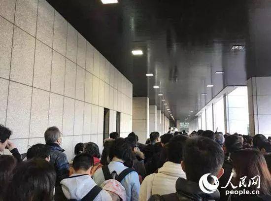 首日庭审时,在东京地方裁判所门外排队等待抽签的民众。(来源:人民网)