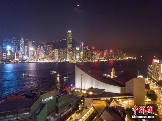 资料图:香港维多利亚港夜景。 中新社记者 谢光磊 摄