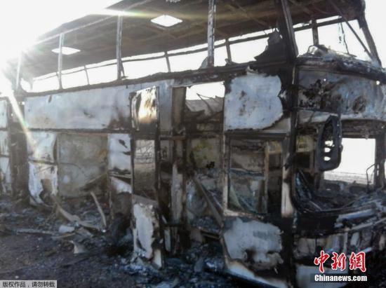 当地时间元月十八号,在哈萨克斯坦阿克纠宾州,一辆班车起火,造成50多人失去生命。图为被焚烧毁灭的班车。