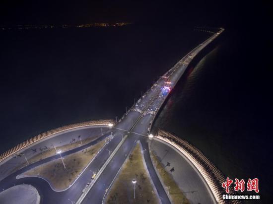 资料图:港珠澳大桥全线亮灯,标志着全线供电照明系统施工圆满完成,意味着港珠澳大桥主体工程已经具备通车条件。中新社记者 廖树培 摄