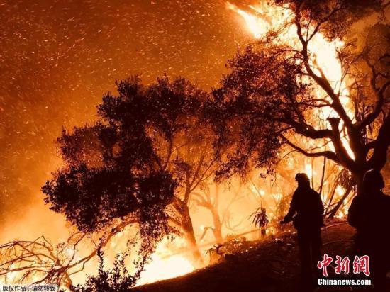 在消防员的扑救下,目前火势已经部分受控。