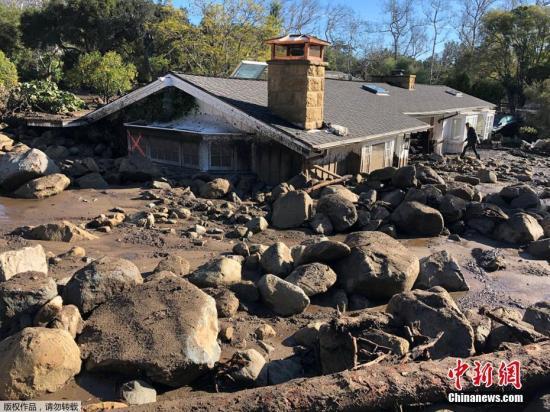 加州泥石流:夫妇徒手扒开一米深瓦砾救出被埋婴儿
