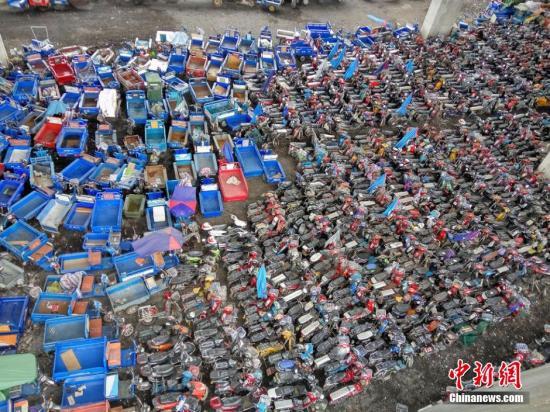 资料图:深圳市查扣的电动三轮车、电动自行车堆积如山。 图片来源:视觉中国
