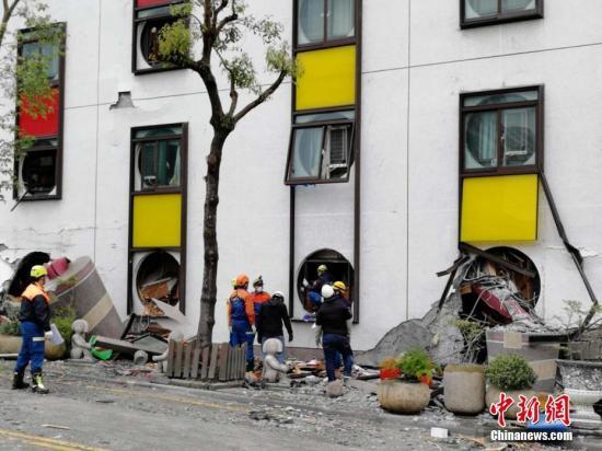 台湾花莲近海2月6日23时50分发生里氏6.5级地震。目前,现场救援正在紧张进行中。中新社记者 肖开霖摄