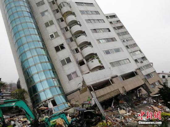 2月6日深夜,台湾花莲发生强烈地震后,搜救工作在倾倒的云门翠堤大楼现场持续展开。中新社记者 肖开霖 摄