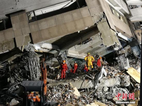 资料图:花莲地震救援现场。 中新社记者 肖开霖 摄