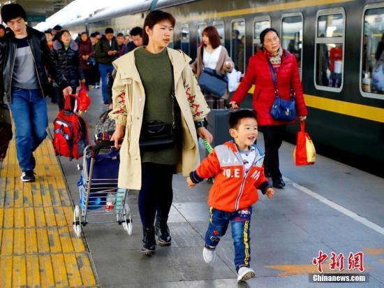 """资料图:""""小候鸟""""在妈妈的陪同下踏上返程列车。李叶青 摄"""