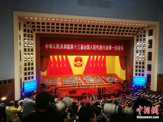 3月11日,十三届全国人大一次会议在北京人民大会堂举行第三次全体会议。中新社记者 盛佳鹏 摄