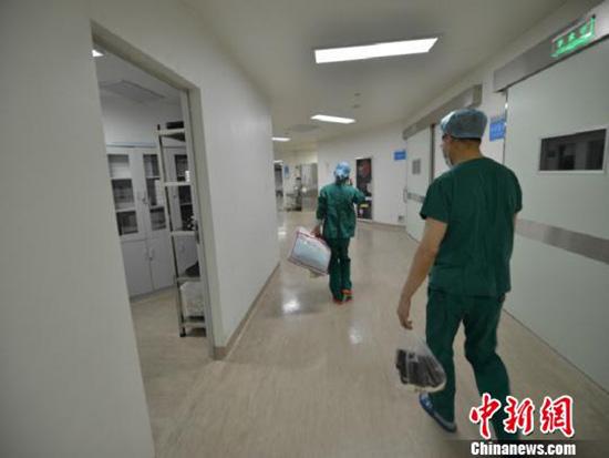 医生整理杨君望的衣物。常山县红十字会和常山县人民医院提供