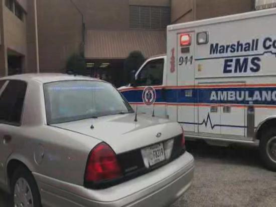 学校前警车和救护车