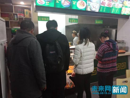 北京师范大学附近的面中缘拉面馆内,顾客在排队买拉面 未来网实习记者 刘文静 摄
