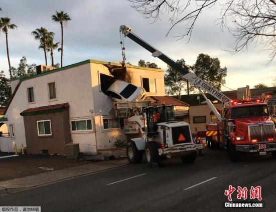 当地时间1月14日,美国加州圣安娜发生一起严重交通事故,一辆汽车撞入了当地移动房屋并被卡在了建筑物的二楼。