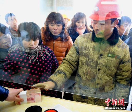 资料图:农民工领取被拖欠的工资。刘勤利 摄 图片来源:CFP视觉中国