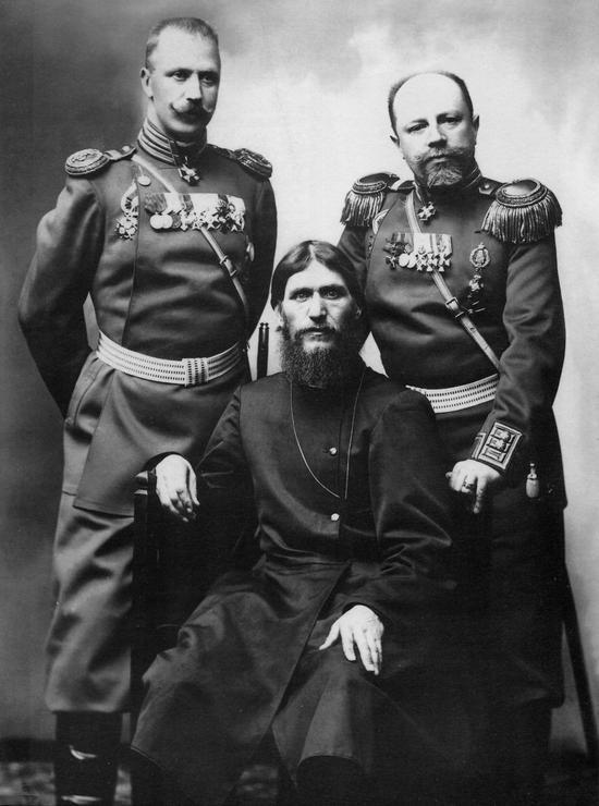拉斯普庭(中)与沙俄军官的合影