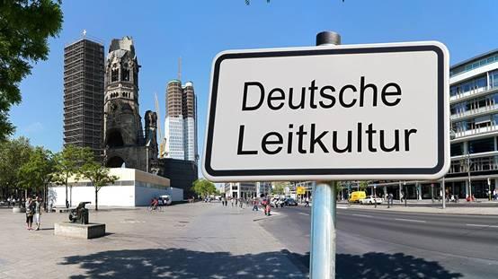 """▲标牌上写的是""""德国主导文化""""。这是德国电视二台网站报道文章""""德国主导文化的争论""""的虚构新闻配图。"""