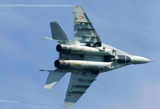 图说:匈牙利空军的米格-29战斗机,机腹的欺骗式座舱盖涂装样式