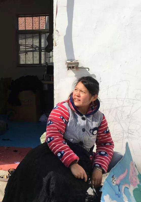 加工厂门口,一个女工抱着新款黑色内衣。新京报记者陶若谷 摄