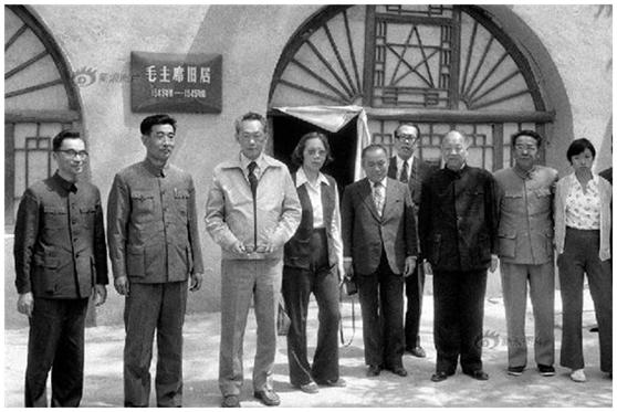 李光耀(左三)1976年5月访问延安。