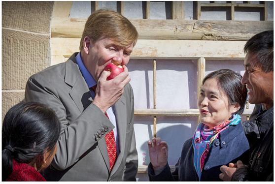 荷兰国王威廉・亚历山大访延安,在品尝陕北苹果。