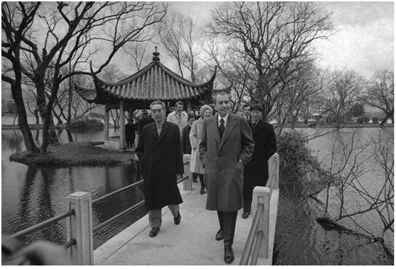 1972年,周恩来陪尼克松游览杭州。