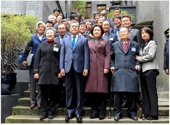韩国总统文在寅在重庆参观大韩民国临时政府旧址并与独立运动人士后代合影留念。
